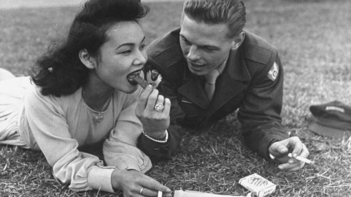 35 редких фото любви во время войны