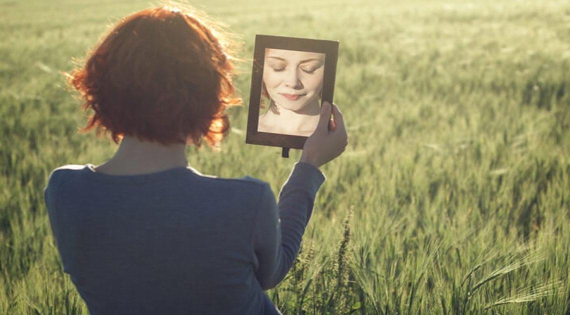 Зеркальная мистика: что категорически нельзя делать перед зеркалом?